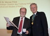 Werner Frick wird mit Universitätsmedaille geehrt